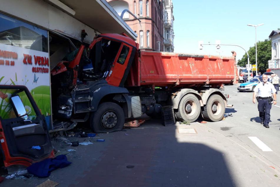 Der Fahrer des Muldenkipper wurde in seinem Führerhaus eingeklemmt.