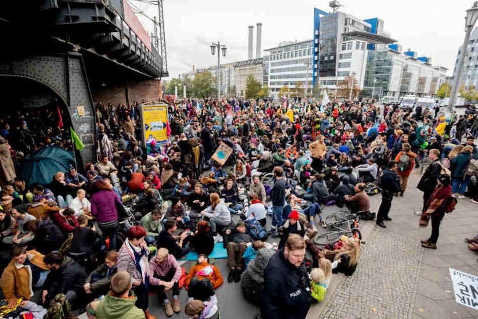 """Aktivisten der Bewegung """"Extinction Rebellion"""" blockieren die Jannowitzbrücke."""