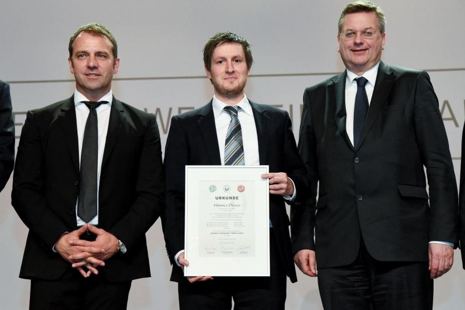 Hannes Drews (M.) bei der Zeugnis-Ausgabe 2016 des Fußball-Lehrers mit DFB-Präsident Reinhard Grindel (r.) und Hansi Flick, damals DFB-Sportdirektor.