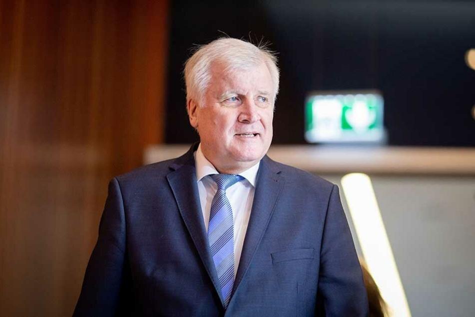 Innenminister Horst Seehofer (CSU, 69).