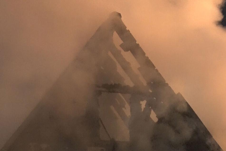 In Steinbach bei Jöhstadt setzte ein Blitzeinschlag einen Dachstuhl in Brand.