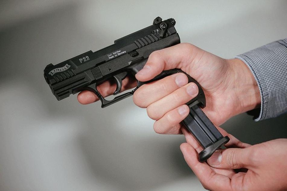 Einbrecher sind nicht selten mit Schusswaffen ausgerüstet - falls der  Hausbesitzer auftaucht. (Symbolbild)