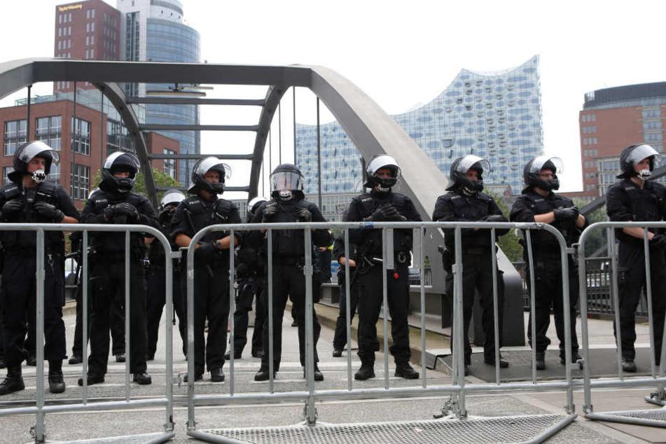 Polizisten sichern die Elbphilharmonie, doch die Kräfte in Hamburg reichen nicht.