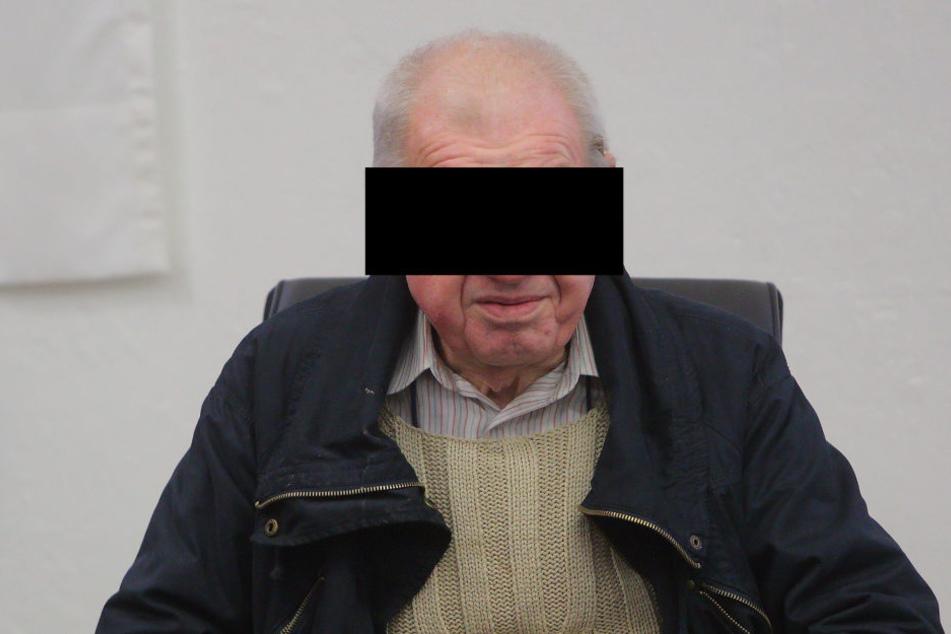 Hans-Jürgen G. (70) saß am Dienstag mürrisch vorm Amtsrichter.