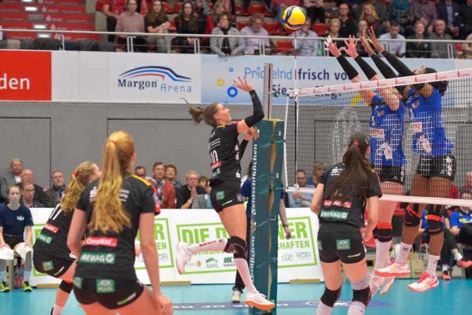 Clever gemacht! Lena Stigrot, die neun Punkte erzielte, überlupfte den Suhler Block.