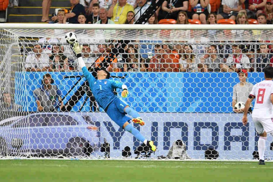 Torwart Alireza Beiranvand (l) aus dem Iran kann das Tor zum 0:1 durch Portugals Ricardo Quaresma nicht verhindern.