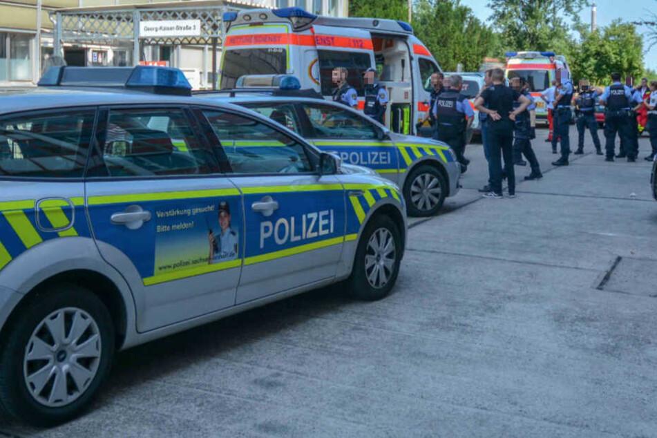 Mehrere Streifenwagen und Krankenwagen rückten zum Magdeburger Sozialamt aus.