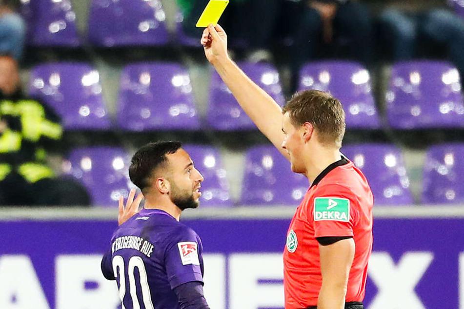 Calogero Rizzuto war der fleißigste Kartensammler, zwölfmal bekam er Gelb. Hier von Schiedsrichter Thorben Siewer beim 0:2 gegen Sandhausen.