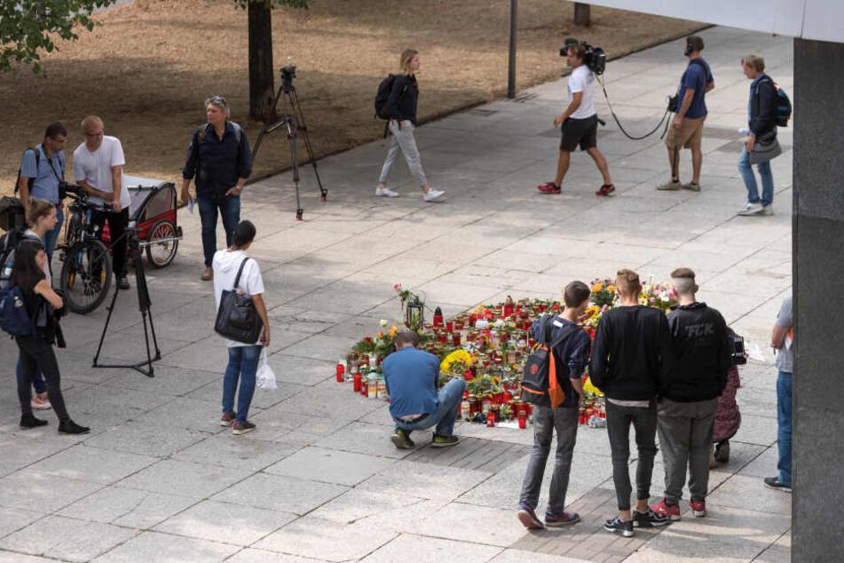 Auch am Dienstag wurden wieder Blumen am Tatort niedergelegt. Hier wurde Daniel H. († 35) erstochen.