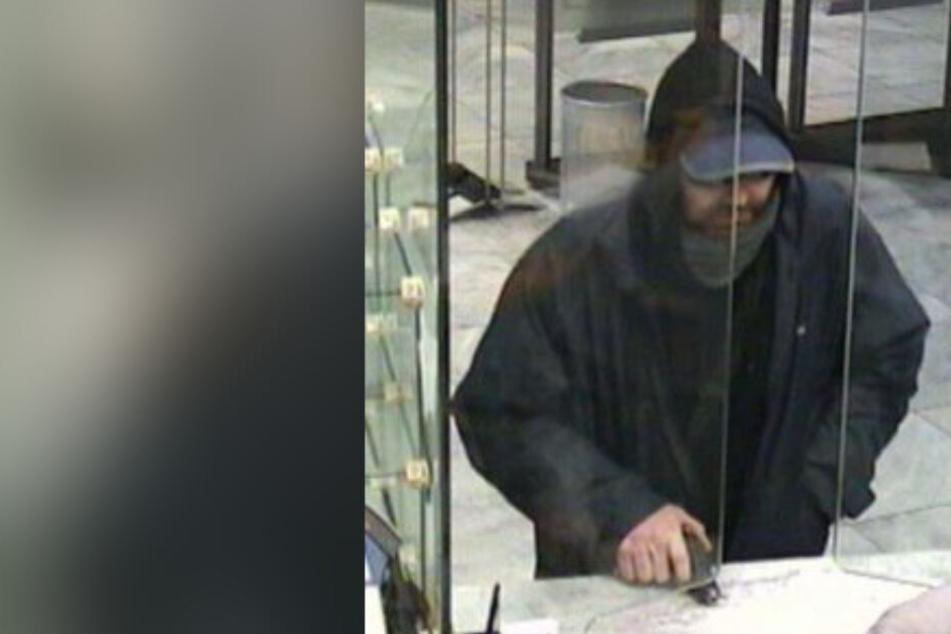 Dieser Mann raubte mit Pistole Bank aus und flüchtete: Wer kann der Polizei helfen?