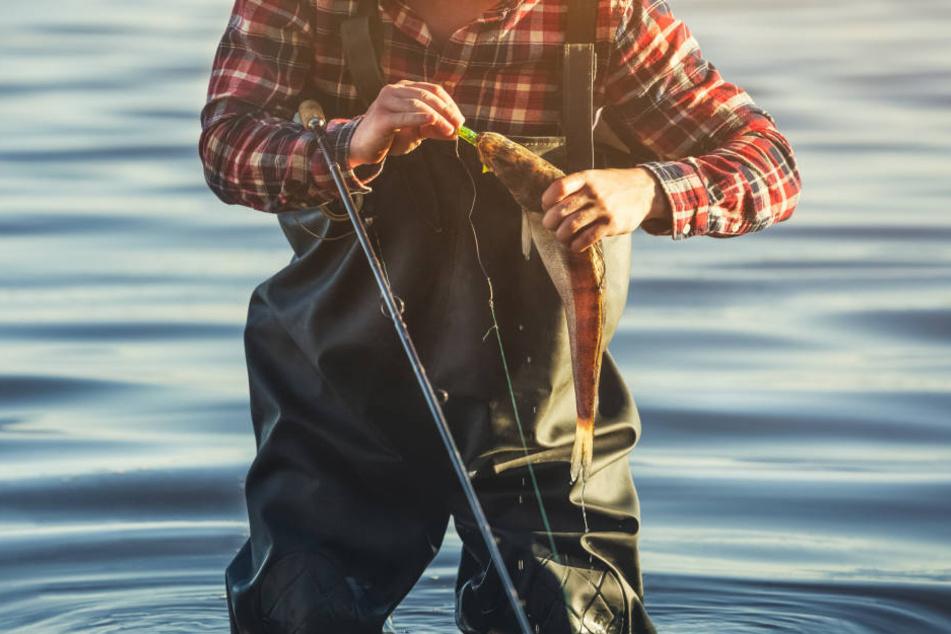 Ein Angler hat sich in seiner Angel verfangen und ist in der Havel ertrunken (Symbolbild).