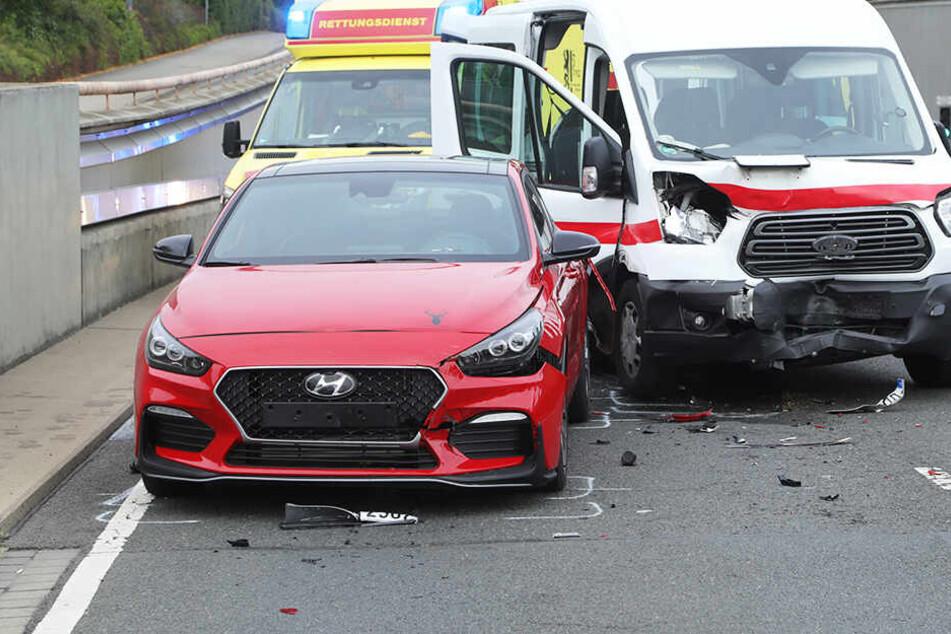 Drei Menschen wurden bei dem Unfall verletzt und mussten ins Krankenhaus gebracht werden.