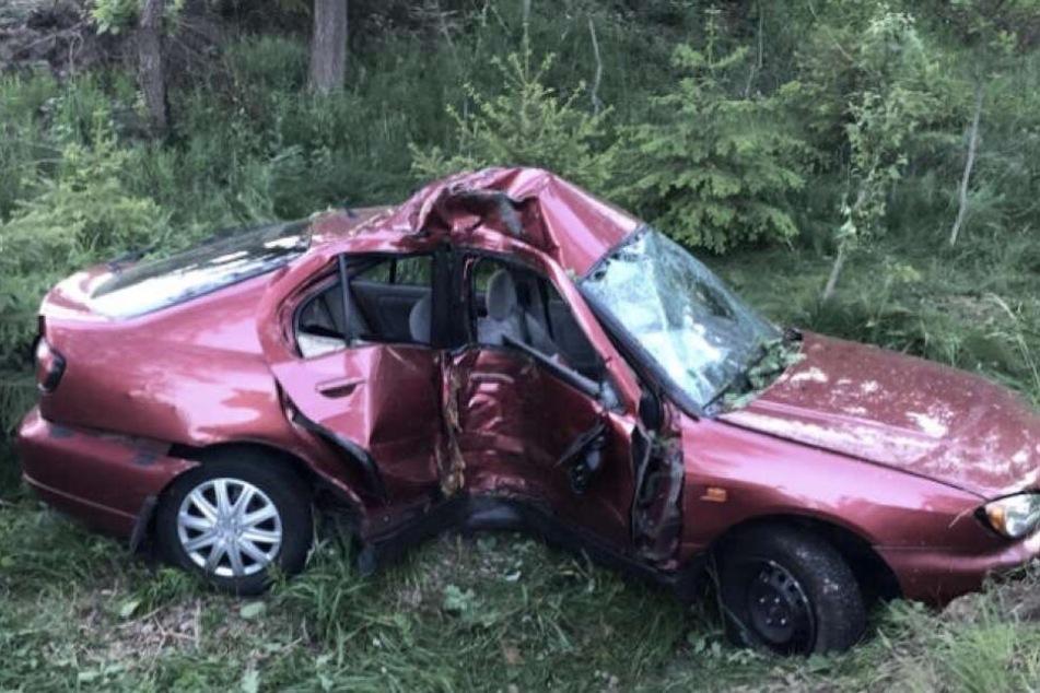 Der Wagen wurde in der Mitten komplett deformiert.