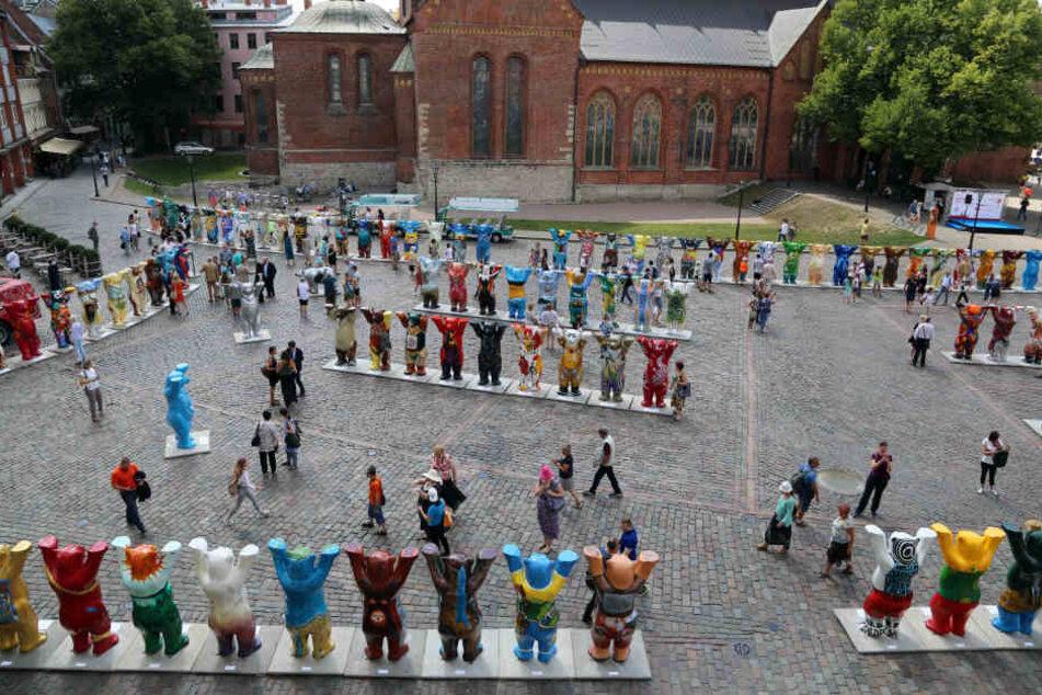 149 Berliner Buddy-Bären stehen auf dem Domplatz.