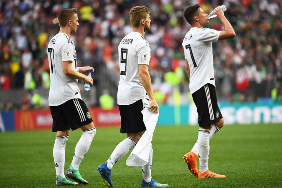 Marco Reus (l.), Tino Werner (m.) und Julian Draxler (r.) schlichen nach der Niederlage gegen Mexiko betreten von dannen.