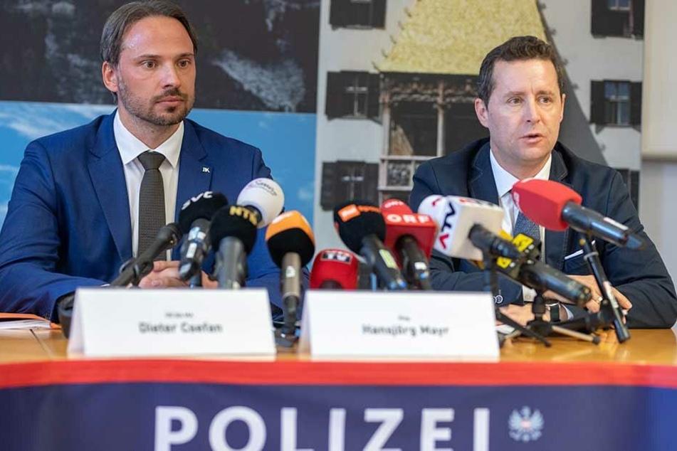 Dieter Csefan (l), Beamter der österreichischen Polizei, und Hansjörg Mayr, Staatsanwalt in Innsbruck, sprechen bei einer Pressekonferenz über die Doping-Razzia mit sieben Festnahmen bei den Nordischen Ski-Weltmeisterschaften in Seefeld.