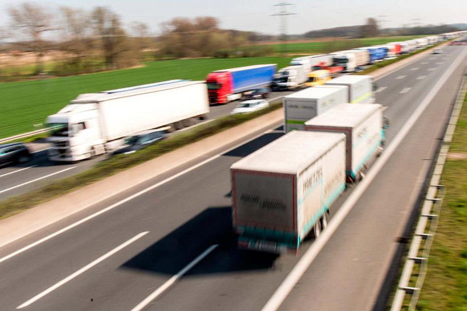 LKW-Kolonnen auf der Autobahn. Oft haben die Brummi-Fahrer zu geringe Abstände untereinander. Jetzt wachen Drohnen darüber.