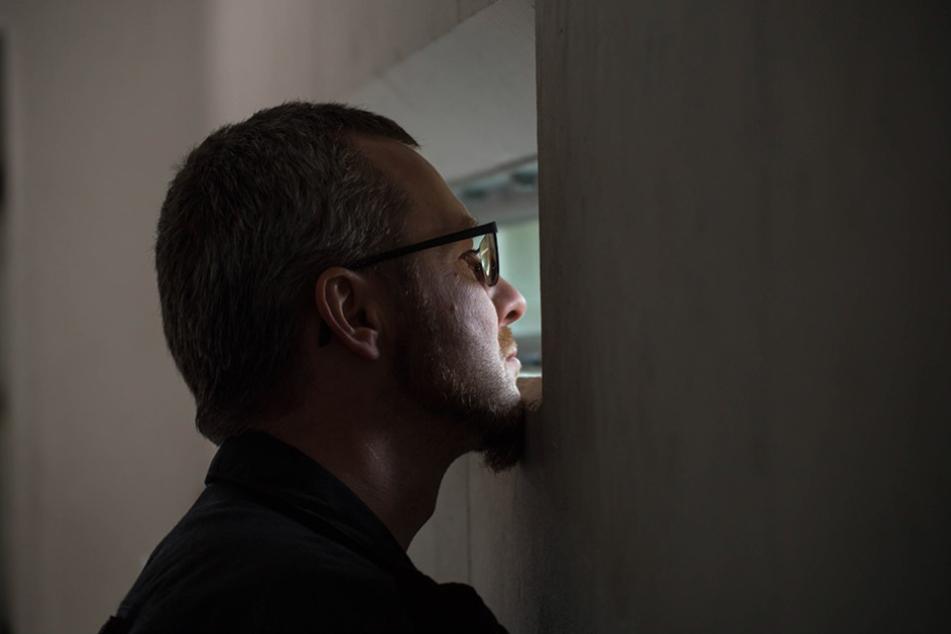 LKA-Entschärfer Axel Brehm (44) beobachtet die Detonationen aus sicherer Entfernung.
