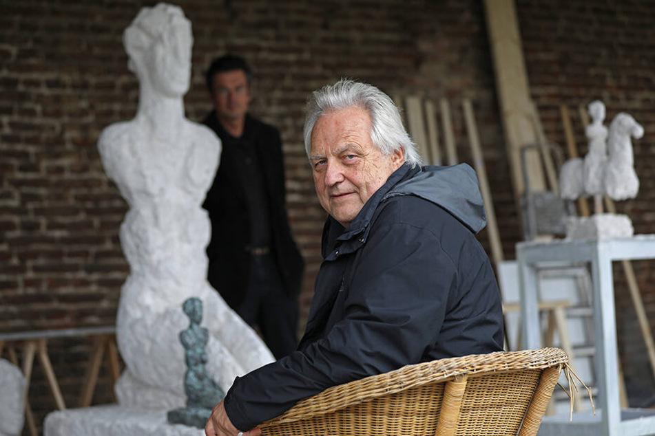 Kunstberater Achenbach im Atelier des Künstlers Armin Baumgarten.