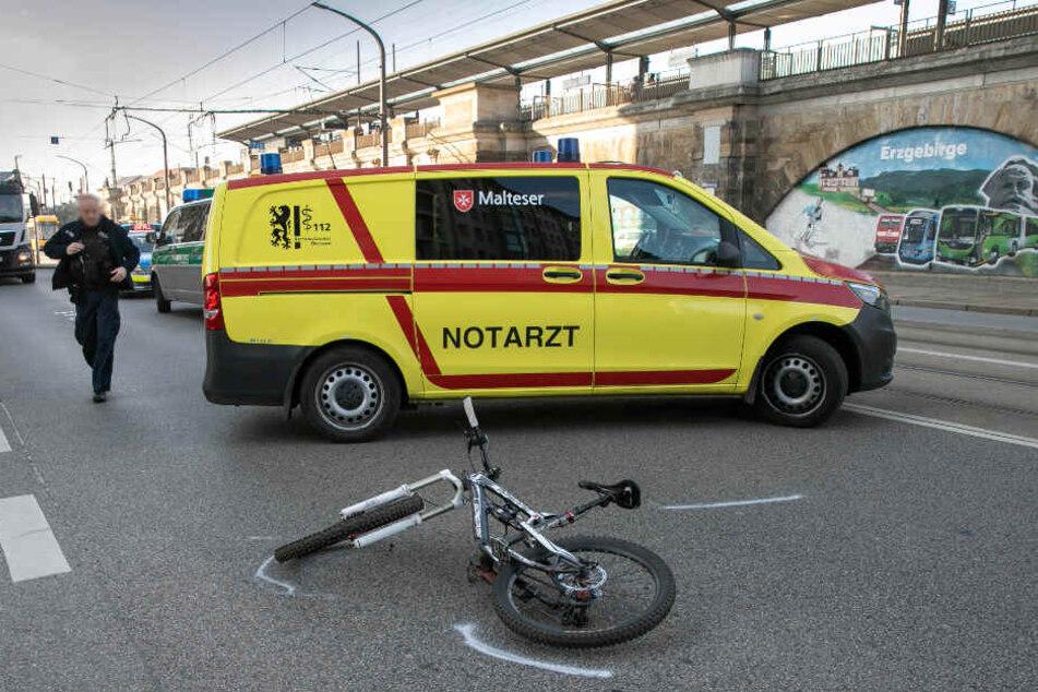 Das Fahrrad liegt am Unfallort auf der Straße.