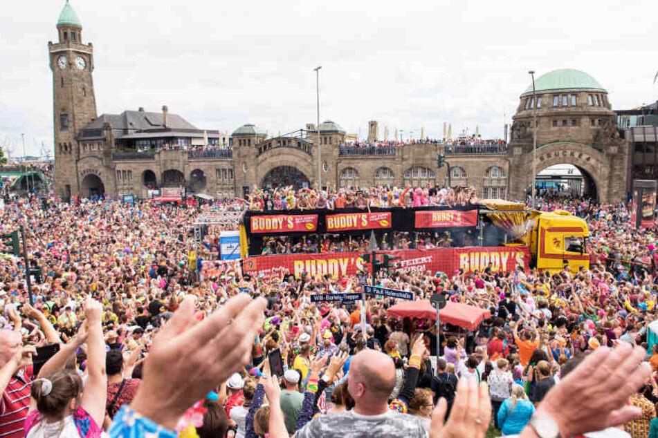 Im vergangenen Jahr kamen 400.000 Besucher zum Schlagermove an die Landungsbrücken nach Hamburg.