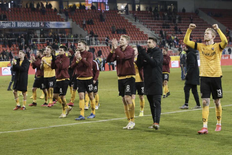 Endlich! Fast ein Jahr mussten die Dynamos warten, um mit ihren Fans mal wieder einen Auswärtssieg zu feiern.