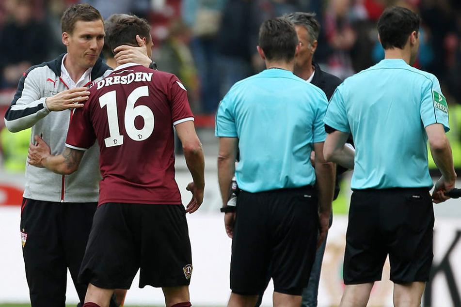 Tolle Geste! Stuttgarts Trainer Hannes Wolf tröstet seinen Ex-Schützling Philip Heise.