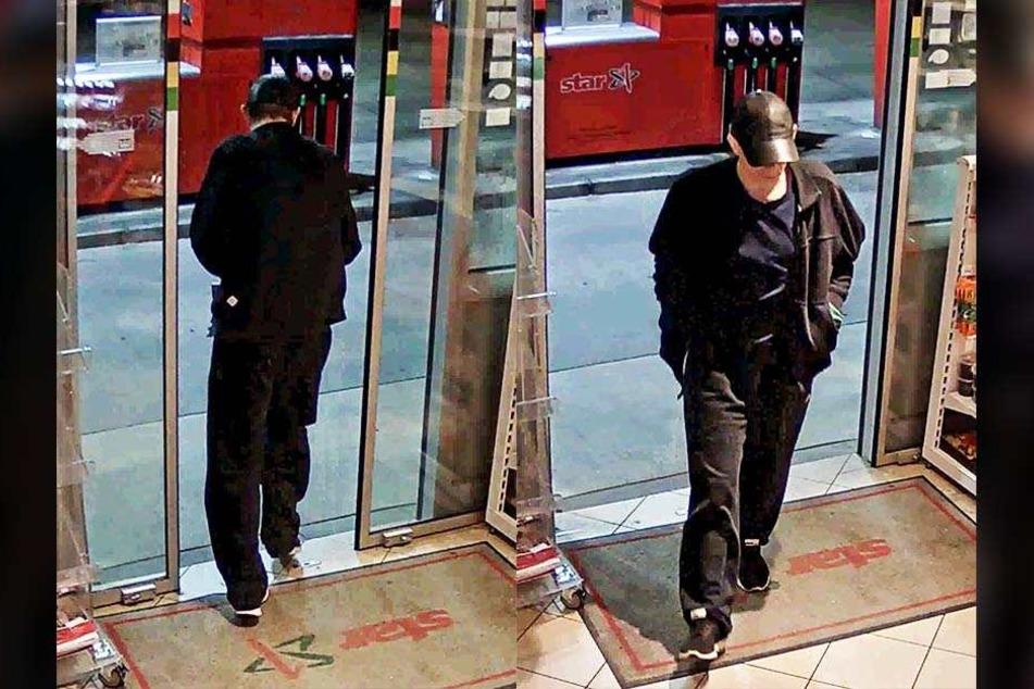 Der komplett in schwarz gekleidete Täter bedrohte die Tankstelen-Mitarbeiterin mit einem Beil und forderte sie zur Herausgabe des Bargeldes.