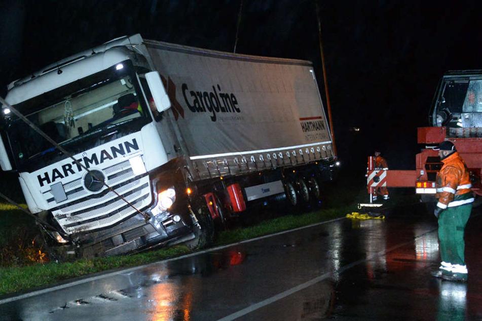 Mit einem Spezialunternehmen wurde der Lkw geborgen.