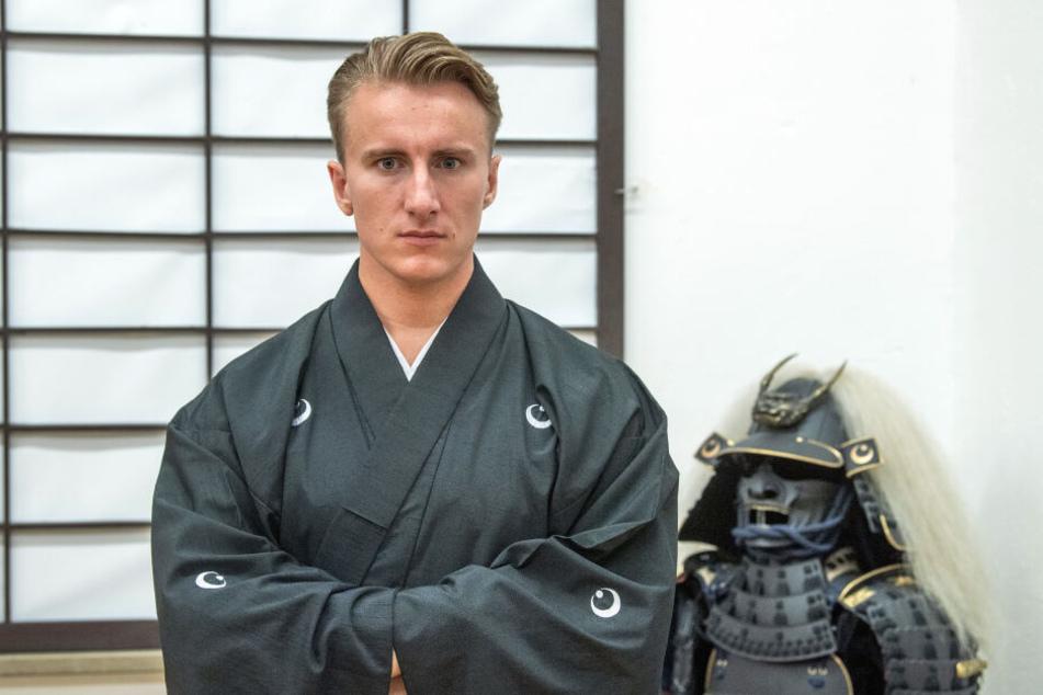 """Otsuka Ryousuke Taira no Masatomo, Bürgerlich Markus Lösch (27), Großmeister einer Samuraischule, steht in seinem """"Chiba-Dojo"""" vor einer Japanischen Papierwand (Shoji)."""