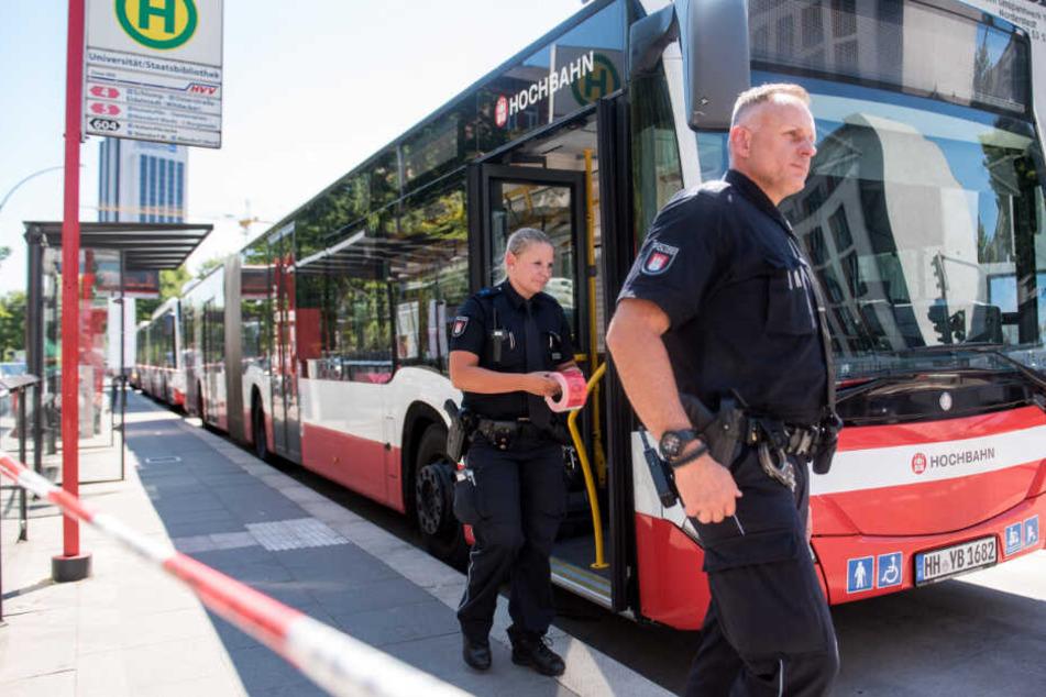 Polizisten sperren den Bereich um einen Hamburger Linienbus nahe der Universität ab. (Archivbild)