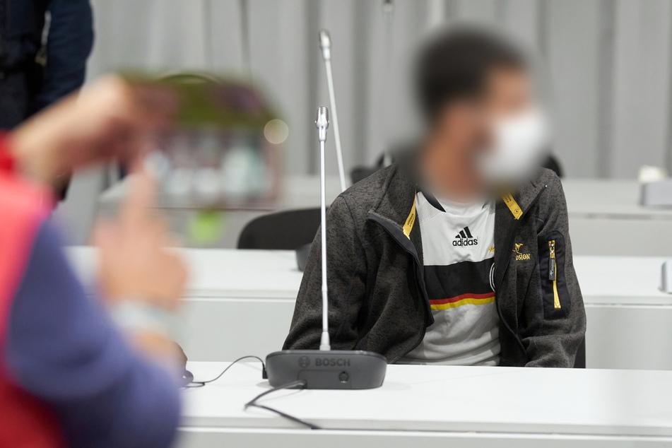 Dem 33-jährigen Angeklagten wird vorgeworfen, im Oktober 2019 in Limburg einen Lastwagen gekapert und dann mit diesem absichtlich auf Autos aufgefahren zu sein.