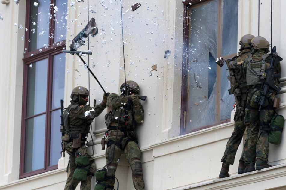 """Mit einem Sprengsatz wird das Fenster """"geöffnet"""", um in das Gebäude zu gelangen."""