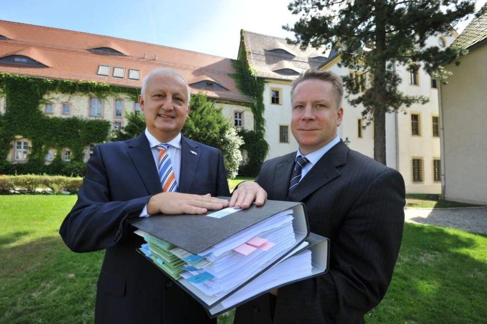 Bürgermeister Carsten Schmidt (l., 51) und Arbeitsgruppenleiter Thomas  Luderer (45) präsentieren das 400 Seiten starke Sicherheitskonzept.