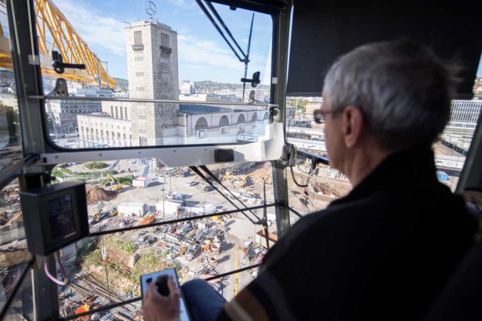 Ein Kranfahrer bedient am 12.10.2017 in Stuttgart seinen Kran über der Baustelle des Bauprojektes für den neuen Hauptbahnhof Stuttgart 21. (Archivbild)