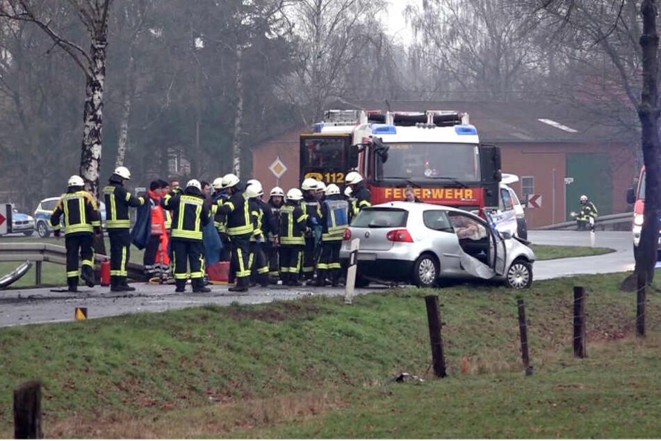 Einsatzkräfte stehen neben einem Unfallfahrzeug auf der K6 im Kreis Warendorf.