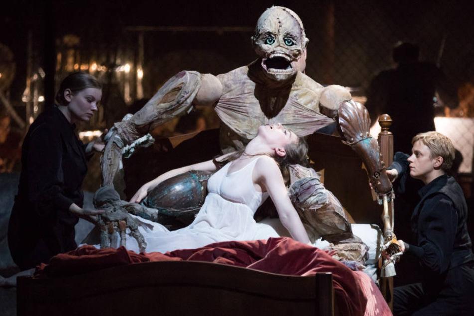 """Andromahi Raptis (Mitte) als Verlobte von Viktor Frankenstein und """"Das Monster""""."""