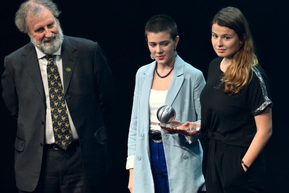 Die Klimaaktivistinnen Maira Kellers (l) und Luisa Neubauer (r) nehmen bei der Verleihung der Deutschen Nachhaltigkeitspreise 2019 eine Preis für die Friday for Future Gründerin Greta Thunberg entgegen.