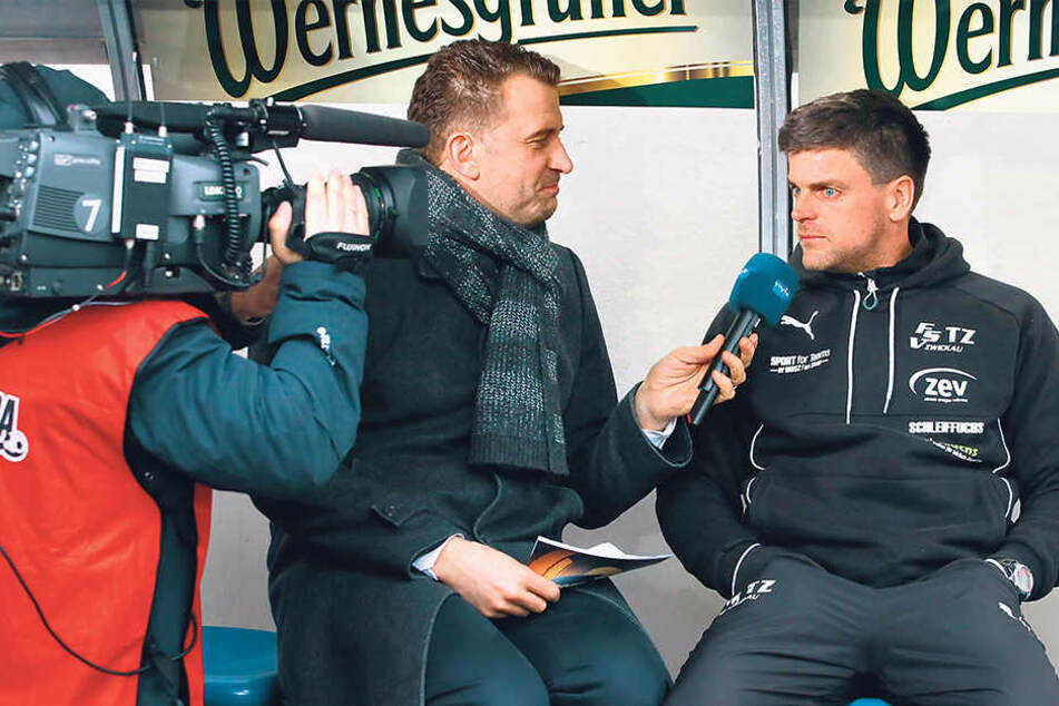 FSV-Coach Torsten Ziegner (r.) ist bei MDR-Übertragungen ein gern gesehener Interviewpartner. Hier befragt ihn René Kindermann.