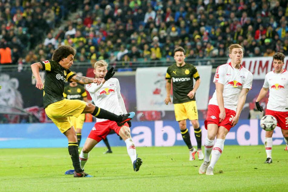 Da war's passiert: Axel Witsel (l.) hämmert eine Kopfball-Verlängerung nach einer Ecke unhaltbar zum 1:0 für den BVB in den Kasten.