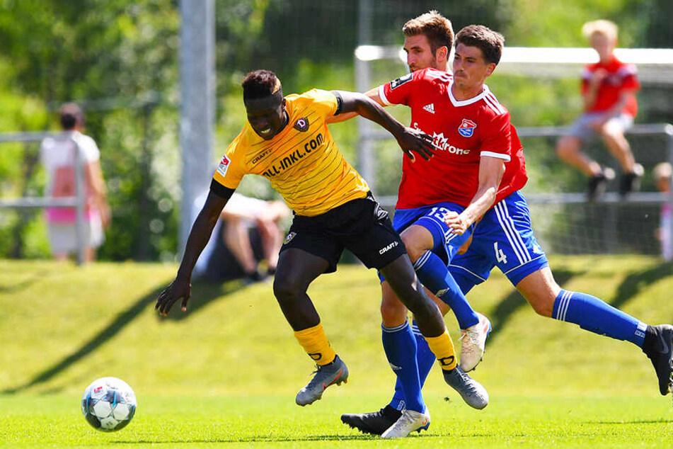 Dynamo-Stürmer Moussa Koné (l.) wird von Hachings Jim-Patrick Müller unsanft gestoppt.