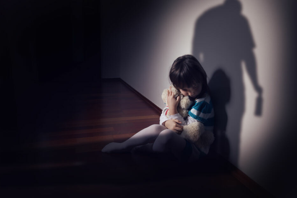 Er soll die Kinder von Freunden über Jahre hinweg missbraucht haben (Symbolbild).