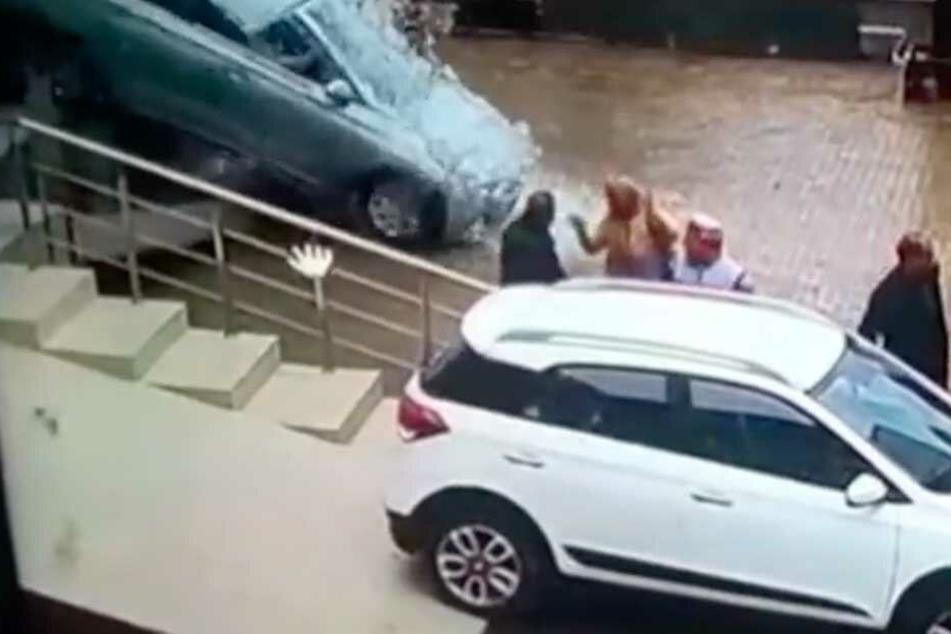 Der Moment, in dem das Auto aus der Schaufensterscheibe geschossen kommt.
