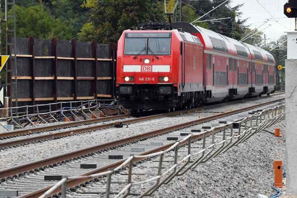 Der Zug blieb auf freier Strecke stehen, die Reisenden mussten stundenlang darin ausharren (SYmbobild).