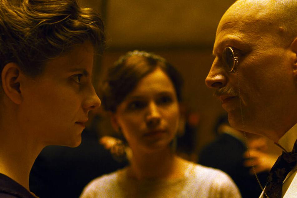 Iris Leiter (Juli Jakab) begibt sich bei ihrer Suche nach der Familiengeschichte in Gefahr.