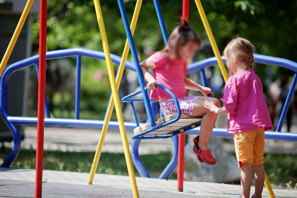 Ein Mann belästigte zwei kleine Mädchen auf dem Spielplatz.