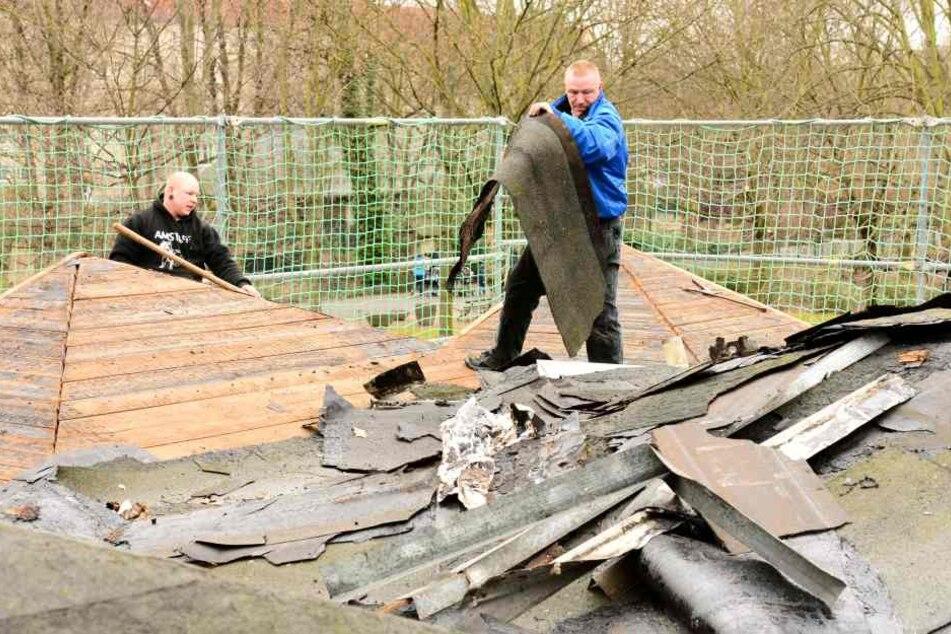 Am Montag wurde die Dachpappe vom Kult-Bau entfernt.