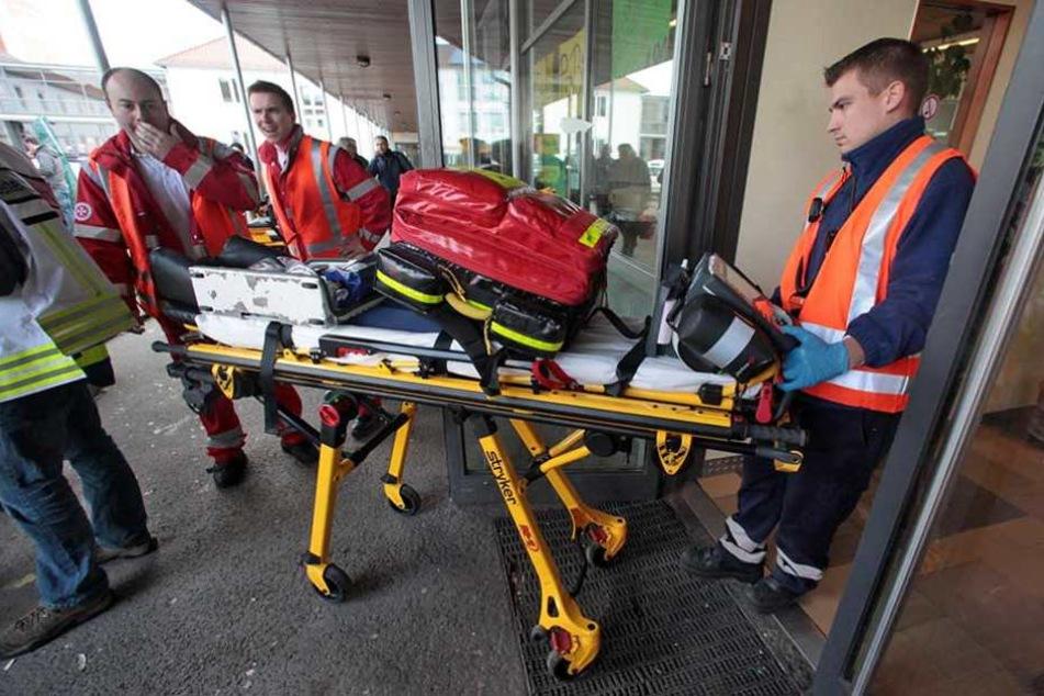 Rettungskräfte bei einem Einsatz in einer Schule (Symbolbild).