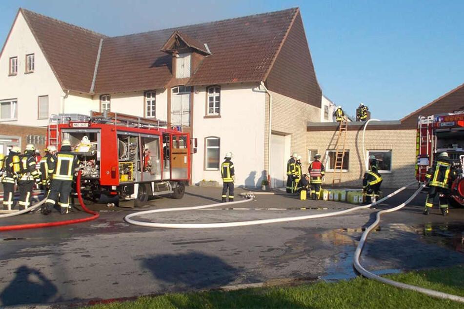 Autofahrer bemerkten das Feuer und alarmierten die Feuerwehr.