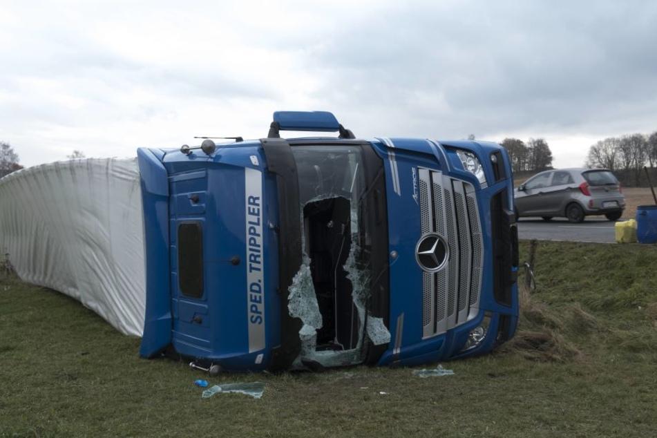 Rettungskräfte mussten den schwer verletzten Lkw-Fahrer aus der Frontscheibe schneiden.
